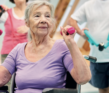 Ältere Dame macht Sport